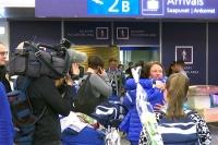 Naisleijonien tunteikas kotiinpaluu - Tältä näytti lentokentän tuloaulassa - Video