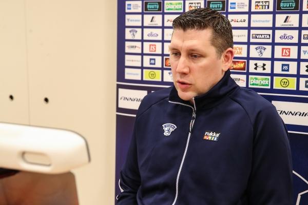 """Päävalmentaja Petri Karjalainen U18 MM-kisojen kynnyksellä: """"Erittäin hyvin luisteleva ja hyökkäystaitava joukkue"""""""